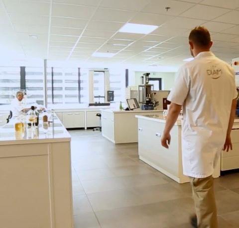 Ein Önologiepol, innerhalb der F&E Abteilung des Unternehmens Diam Bouchage.